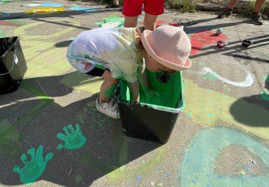 Finalizan el taller de pintura y  la decoración con juegos tradicionales en el patio del Colegio de Truchas